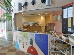 ちょっと小腹が空いた時も安心♪あぼし自動車教習所には大人気の売店「Abosk」があります。カップ麺やお菓子、アツアツの肉まんが用意されています。おやつを食べてほっと一息ついてください☆