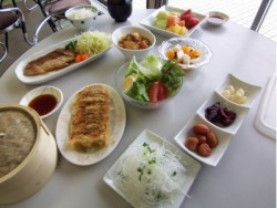 食事は3食バイキング形式で、宇都宮餃子は特に人気のメニューです! 少食の方もたくさん食べたい方も皆満足していただけます♪