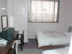 宿泊施設は教習所に直結しているので、移動の手間がなく、便利です。部屋は1人部屋から4人部屋までをご用意。お1人の参加でもグループでの参加でもOKです♪