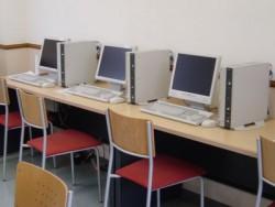 教習所内にはインターネットルームも。教習の合間の良い時間つぶしになりそうですね。台数も多いのがうれしいポイントです♪