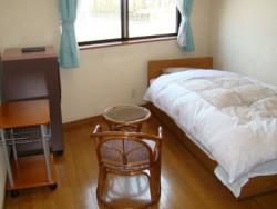 道路を一本隔てて建つ、佐野中央自動車教習所の宿泊施設。1人部屋でも十分な広さ!籐製のテーブルとイスがオシャレです♪