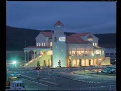 お城のような教習所。校舎がとてもかわいいつくりの教習所です。ラウンジからは教習コースが一望でき、夕暮れ時はライトアップされた外観が素敵です。