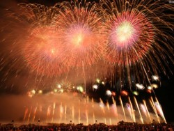 鶴岡の夏の風物詩「赤川花火大会」は、最大級の規模を誇る花火大会です。 全国トップクラスの花火師が競い合う、赤川花火大会は、日本の花火100選でも、ベスト10入りするほどの人気の花火大会です。