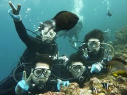 憧れの沖縄で合宿免許をとろう! 世界有数の透明度を誇る沖縄の海でダイビングにチャレンジしてみてください。 北丘自動車学校の合宿なら、教習以外の時間を使ってダイビングや名所巡りができちゃいます!透明な海がとってもきれい♪