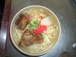 食事は本場の沖縄料理。 ゴーヤチャンプル・ソーキソバ・タコライス等沖縄料理を食べられます。地元で人気の食堂ですので大満足間違いなし!